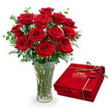 Edirne anneler günü çiçek yolla  10 adet cam yada mika vazoda gül çikolata